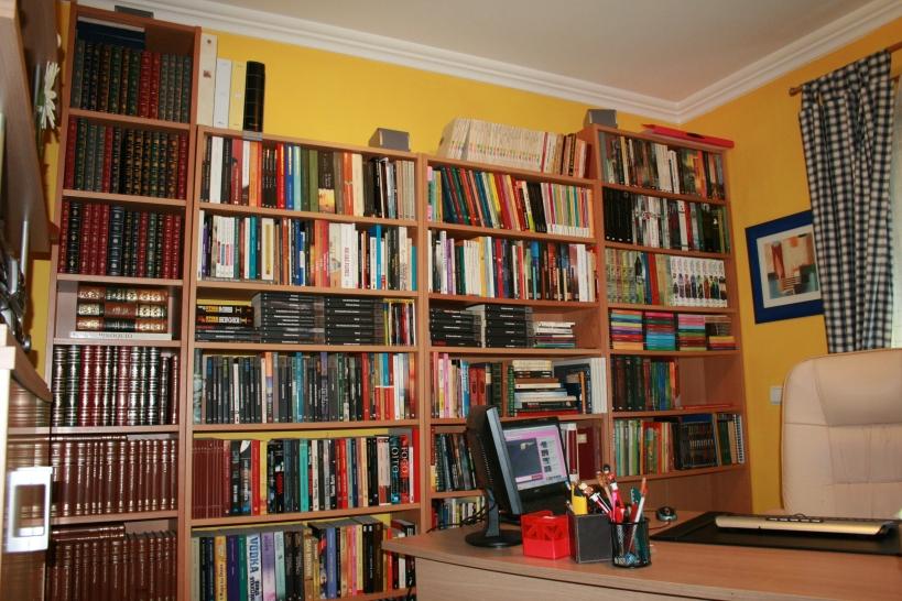 Entretanto mudei este espaço, com a entrada de uma nova estante