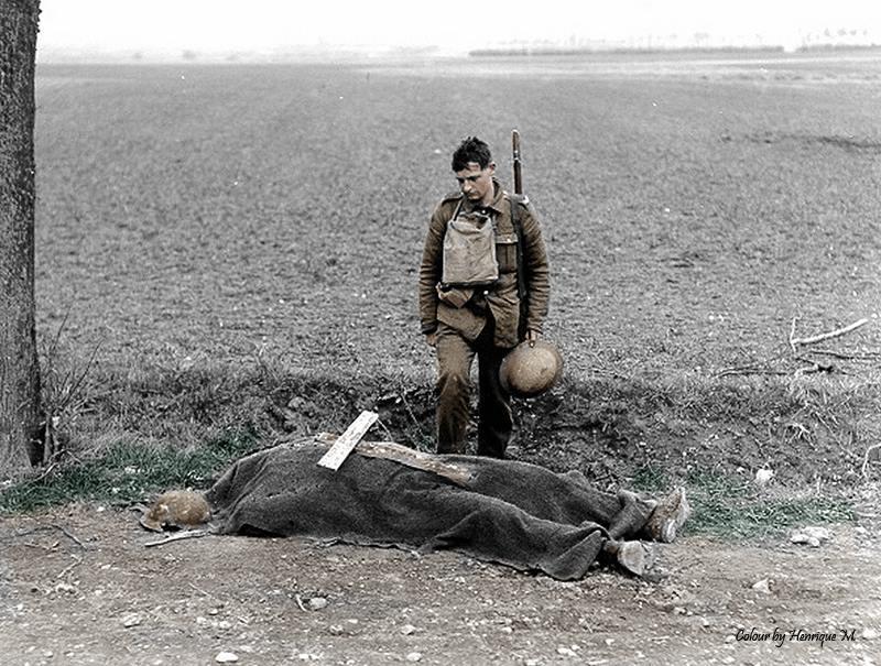 O corpo de um soldado britânico aguardando o enterro.