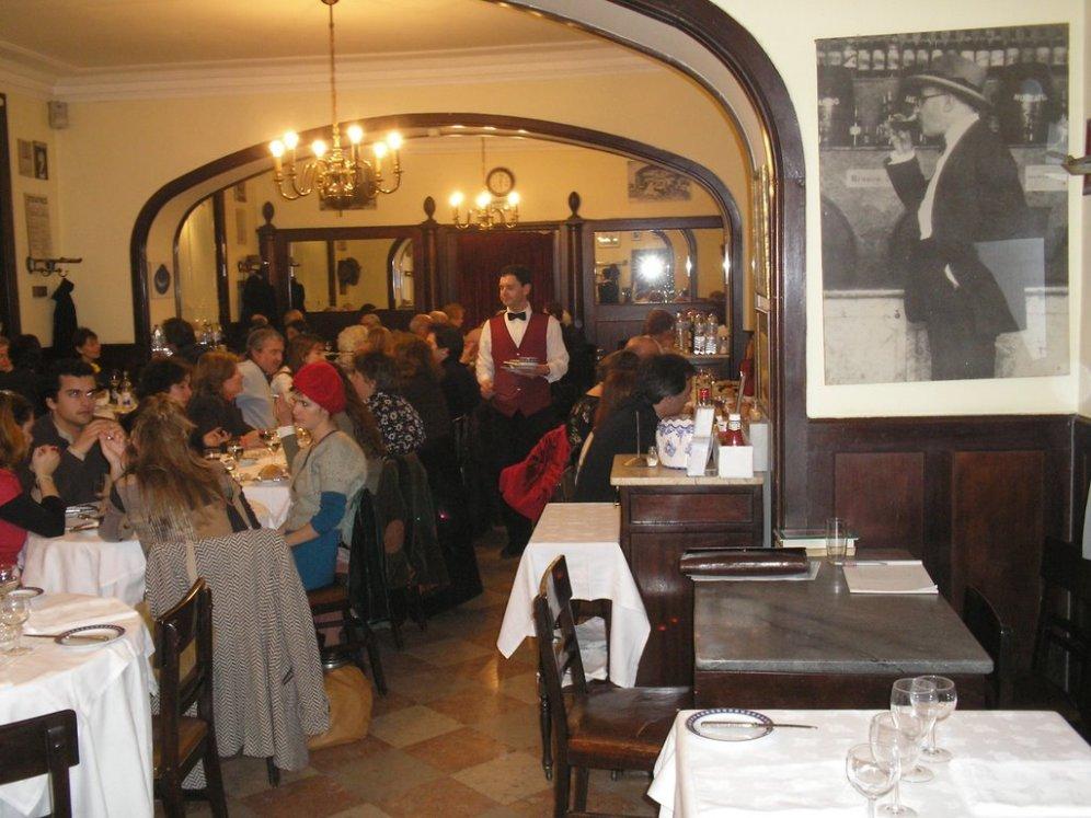 Martinho da Arcada, ao Terreiro do Passo Do lado direito a mesa onde Fernando Pessoa costumava escrever. Há quem diga que foi neste local que ele esteve pela ultima vez antes de morrer na sua casa.
